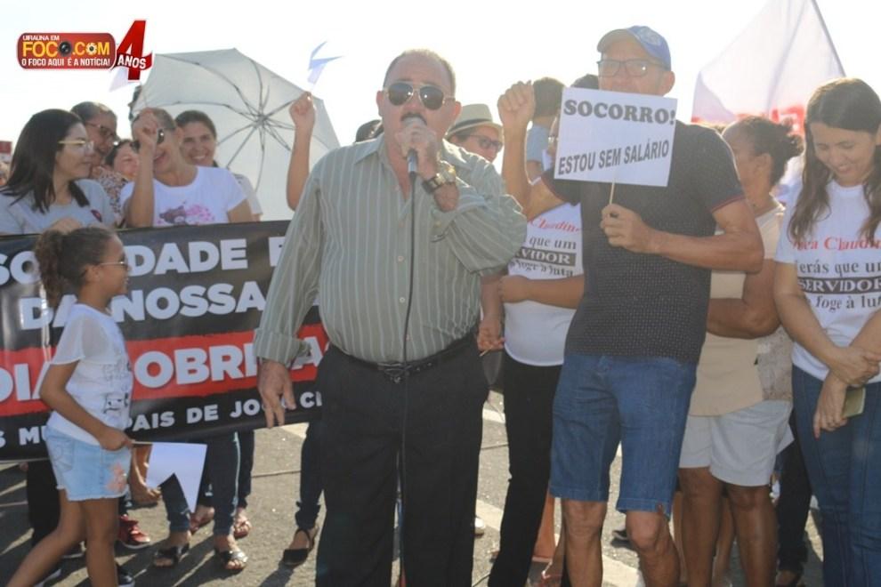 """Funcionários fecham BR na Região de Cajazeiras e pedem """"socorro"""" em protesto por atraso de salário"""